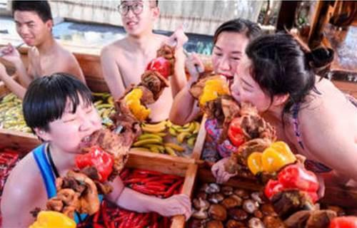 連自己也進鍋?中國超獵奇「人類火鍋」 整鍋布滿大陸妹「邊泡邊吃」