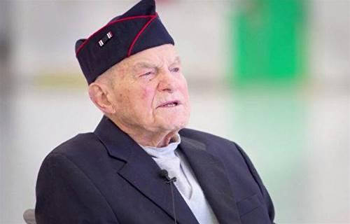 98歲二戰老兵終獲遲到近80年的榮譽勳章