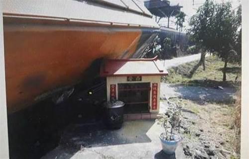 西營元帥「神」救命!飼料車過彎卡水溝 小廟屋頂撐車體孕婦獲救