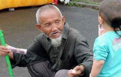 小乞丐帶爺爺乞 討,麵館老闆每天給一頓,多年後,老闆含 淚關了店