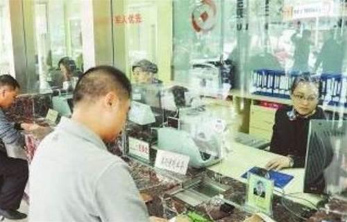 父親臨終留下一存摺,兒子去銀行取錢稱「本人才能取」,兒子的做法絕了