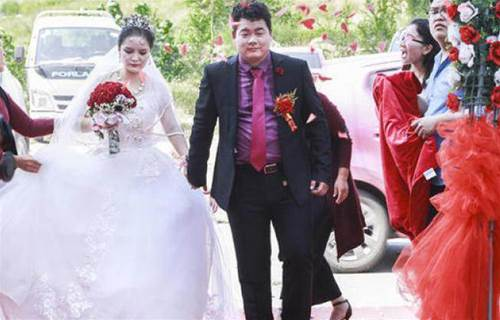前男友結婚那天,我包了個「741」的紅包,然後挺著大肚子盛裝出席