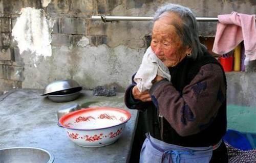 山村老太給倒插門的兒子送土雞蛋,兒媳回贈一籃柿子,回家後樂了