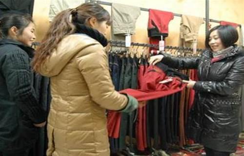 村婦給女兒買衣服,店員冷 嘲熱 諷,打算走時,老闆開除了店員
